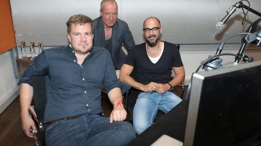 Die Autoren Michael Kobr (l.) und Volker Klüpfel (r.) versuchen den echten Kommissaren Peter Honecker (M.) hinters Licht zu führen.