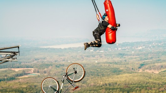 Sänger und Moderator Ben muss in Thailand seine ausgeprägte Höhenangst überwinden.