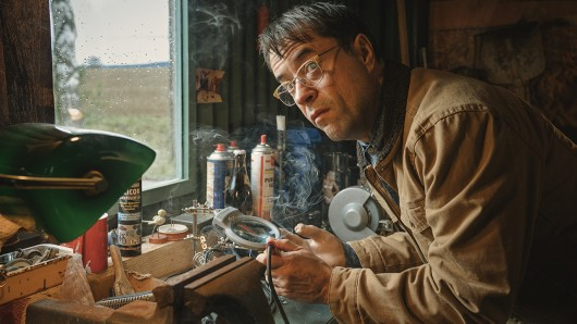 Hat das Pech an seiner künstlichen Hand kleben: Jan Josef Liefers als titelgebender Unglücksrabe in der neuen Miniserie Arthurs Gesetz