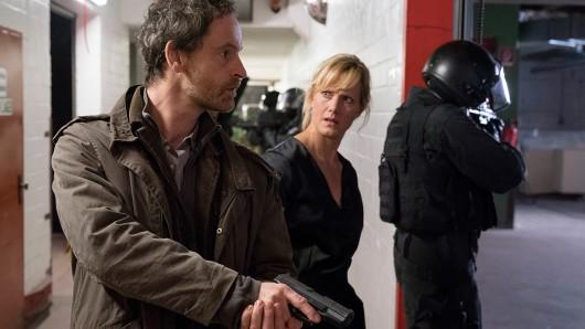 Die Kommissare Peter Faber (Jörg Hartmann) und Martina Bönisch (Anna Schudt) beim Zugriff auf die illegale Kampfveranstaltung.