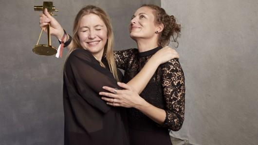 Isabella Wolf und Patrizia Mosca vom Kurzgesagt - In a Nutshell-Team mit GOLDENER KAMERA