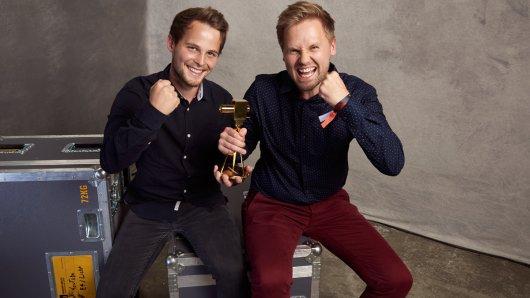Lukas Matthias Steinlein und Konstantin Hert nehmen stellvertretend für das freekickerz-Team die GOLDENE KAMERA entgegen.