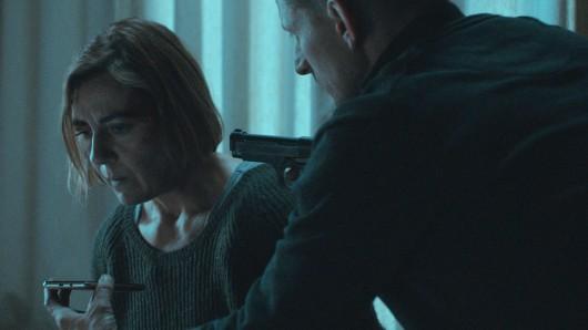 Vos (Sofie Decleir) wird von Elias (Titus De Voogdt) als Geisel genommen.