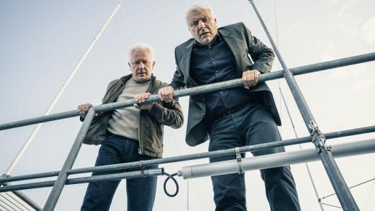 Von links: Die Kriminalhauptkommissare Ivo Batic (Miroslav Nemec) und Franz Leitmayr (Udo Wachtveitl) schauen dabei zu, wie ihnen der Verdächtige durch die Lappen geht.