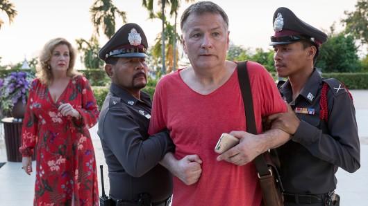 Dr. Roland Heilmann (Thomas Rühmann, mi.) wird von der thailändischen Polizei (Komparsen, re.und li.)verhaftet und Sarah Marquardts (Alexa Maria Surholt, li.) Nerven liegen blank.