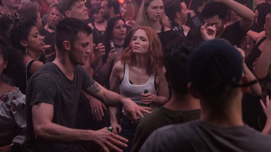 Agentin Emilia (Karoline Herfurth) lässt sich von Beat zum Feiern überreden.