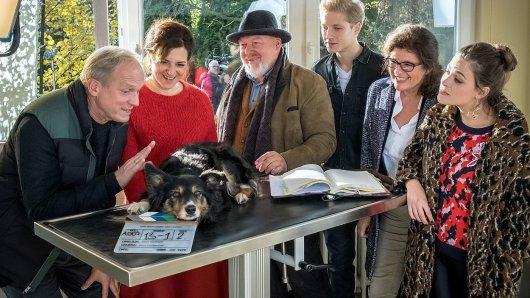 Drehstart für Und wer nimmt den Hund? v.l.n.r.: Ulrich Tukur, Martina Gedeck, Rainer Kaufmann, Anton Rubtsov  Heike Wiehle-Timm (Produzentin) und Giulia Goldammer  mit Hund Honey (Filmname Töpperwien).