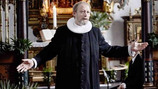 Johannes (Lars Mikkelsen) schafft es, die Gemeinde bei seiner Predigt mitzureißen.
