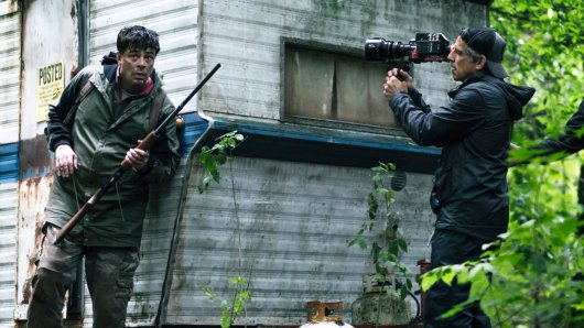 Escape at Dannemora-Regisseur Ben Stiller filmt seinen Star Benicio Del Toro.