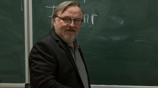 Alle haben auf Lehramt studiert, damals! So auch Journalist Ralph Friesner (Axel Prahl), der nun an einer Abendschule unterrichten soll.