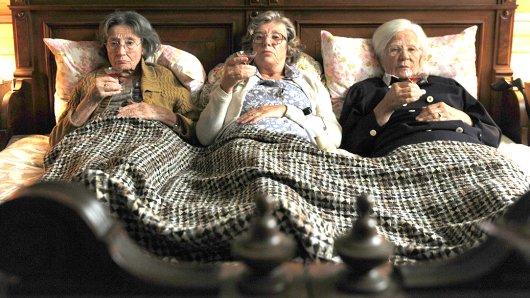 Können Martha (Gertrud Roll), Hiltrud (Hildegard Schmahl) und Betty (Jutta Speidel, re.) endlich Frieden schließen?