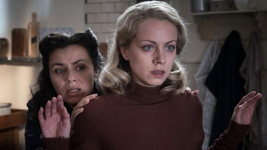 Alice Dwyer (rechts) als Hanni Lévy und Naomi Kraus als Victoria Kolzer.
