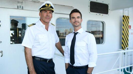 Die TV-Sensation des Jahres: Schlager-Ikone Florian Silbereisen wird die Kapitänsnachfolge von Traumschiff-Veteran Sascha Hehn (l.) übernehmen, mit dem er 2017 bereits in der Jubiläumsfolge Tansania gemeinsam auf der Brücke stand.
