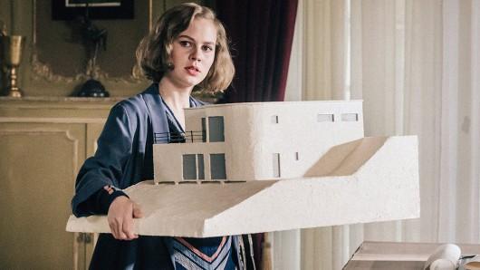 Lotte (Alicia von Rittberg) präsentiert das fertiggestelle Modell ihrer geplanten Villa.