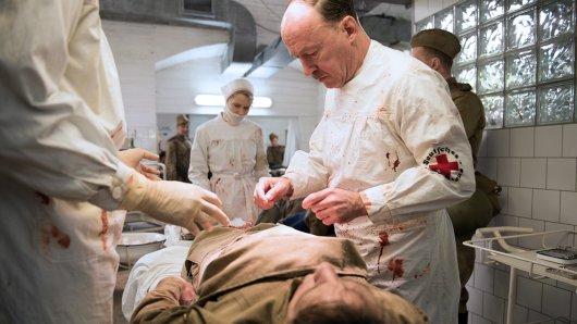 Szene aus der zweiten Staffel: Prof. Sauerbruch (Ulrich Noethen, r.) operiert bis zur Erschöpfung.