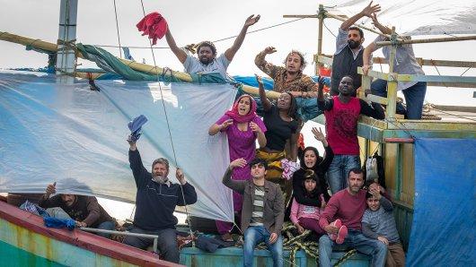 Ismail Al-Bayati (Hazem Shammas o.re. mit grauer Weste) und seine Familie (u.re.: Nicole Chamoun mit Maha Riad, Robert Rabiah u.a.) auf dem Flüchtlingsboot.