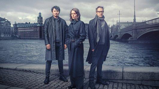 Stockholm Requiem mit dem Ermittlertrio Fredrika Bergman (Miv Mjönes), Alex Recht (Jonas Karlsson, l.) und Peder Rydh (Alexej Manvelov, r.) ab dem 31. März im ZDF.