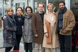 """Laura Tonke, Claudia Michelsen, Franziska Schlotterer (Regie), Godehard Giese, Katharina Marie Schubert, Mehdi Nebbou stehen derzeit in Berlin für den ZDF-Film """"Totgeschwiegen"""" vor der Kamera."""