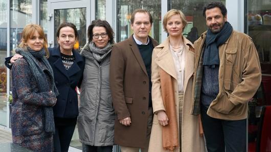 Laura Tonke, Claudia Michelsen, Franziska Schlotterer (Regie), Godehard Giese, Katharina Marie Schubert, Mehdi Nebbou stehen derzeit in Berlin für den ZDF-Film Totgeschwiegen vor der Kamera.
