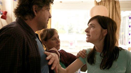 Jetzt, wo es endlich eine echte Spur von ihrer verschwundenen Tochter gibt, kann Michaela Arnold (Kim Riedle) nicht ertragen, dass Friedemann Berg (Hans-Jochen Wagner) und Franziska Tobler (Eva Löbau) sie um Geduld und Zurückhaltung bitten.