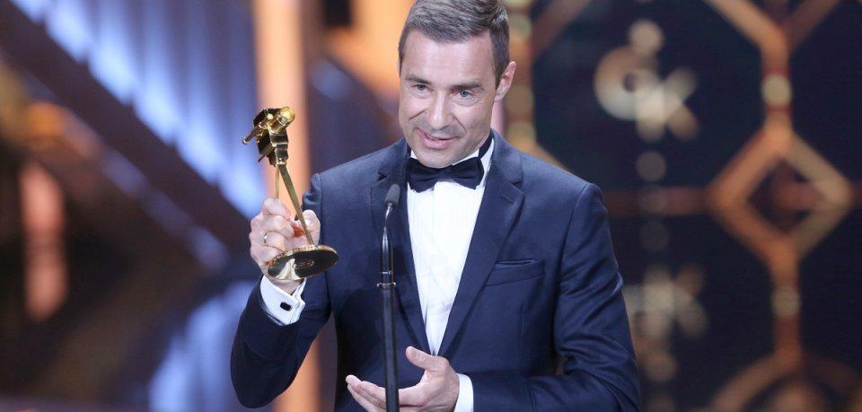 Goldener Moment für Kai Pflaume: In der Kategorie Beste Doku-Reihe bekam er Ende März  für Zeig mir deine Welt die GOLDENEN KAMERA 2019 verliehen.