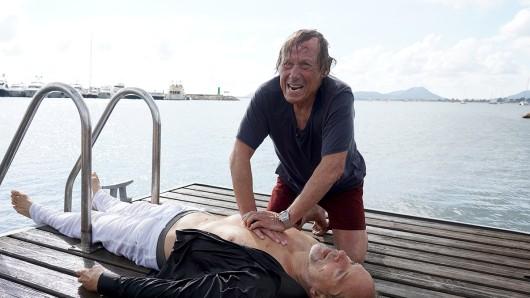 Matula (Claus Theo Gärtner, r.) hat den Yachtbesitzer Ingo Schumann (Jochen Horst, l.) aus dem Wasser gefischt.