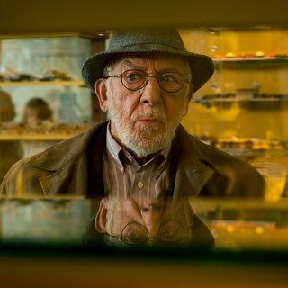 Hintz (Dieter Hallervorden) beim schlecht gelaunten Einkauf seines geliebten Kirschstreusels.