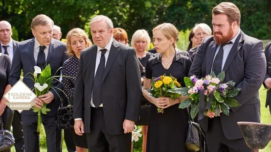 Auf der Beisetzung seiner Frau heuchelt Weiser (Joachim Król, 3. v. l.) keine Trauer.