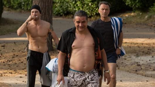 Drogenboss Ferry Bouman (Frank Lammers, M.) umgibt sich auf dem Campingplatz gerne mit seinen Vertrauten John Zwart (Raymond Thiry, r.) und Jurgen Van Kamp (Kevin Janssens).