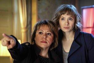 """Regisseurin Asli Özge mit Alina Levshin (als Doro Decker). Drehstart für die ZDFneo-Serie """"Dunkelstadt"""" ist im Juli 2019."""