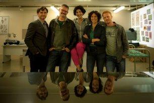 Von links nach rechts: Lenn Kudrjawizki (Rolle Emil Perica), Michael Kreindl (Regie), Neda Rahmanian (Rolle Branka Maric), Jasmin Gerat (Rolle Stascha Novak) und Kasem Hoxha (Rolle Borko Vucevic).