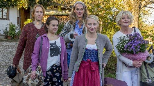 Diana (Marlene Morreis, l.), Fritzi (Michelle Barthel, 2.v.l.), Marie (Sophie von Kessel, M.), Paula (Anna Maria Mühe, 2.v.r.) und Judith (Saskia Vester, r.) verbünden sich gegen die Männer und ziehen zusammen durchs Dorf.