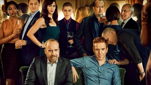 Chuck Rhoades (Paul Giamatti, v.l.) und Bobby Axelrod (Damian Lewis) mit Freunden und Feinden in Billions 4.
