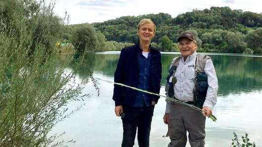 SWR-Moderator Pierre M. Krause mit Fritz Wepper beim Fliegenfischen.