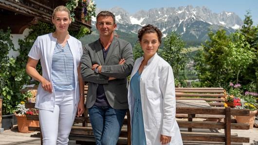 Andrea Gerhard (als Linn Kemper), Hans Sigl (als Dr. Martin Gruber) und Ronja Forcher (als Lilli Gruber).