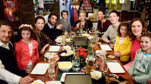 v.l.n.r: Holger Stockhaus (Dirk), Nikola Kastner (Inka), Oliver Wnuk (Sören), Tristan Stöfhas (Theo), Barbara Schöne (Oma Gudrun), Anneke Kim Sarnau (Maike), Johannes Kienast (Nils), Bettina Lamprecht (Doris) und die Drillinge Celina, Pia und Hannah Wurz (Lena, Lina und Lotte)