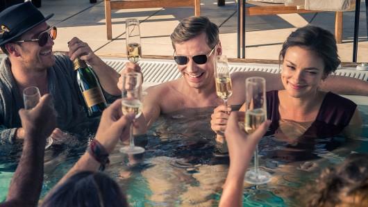 Feiern ihre Millionen: Gerry Falkland (Frederick Lau, l.),  Viktor Steiner (David Kross) und Nicole Kleber (Janina Uhse)