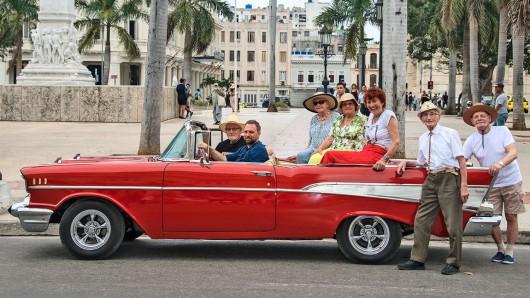 Stilecht mit Oldtimer auf Kuba: Theo, Steven Gätjen, Gisela, Ruth, Marianne, Ernst, Nauke (v.l.)