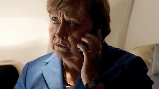 Schaffen wir das?: Angela Merkel (Heike Reichenwallner) nutzt jede Gelegenheit zwischen ihren Terminen am 4. September 2015, um durch Telefondiplomatie eine europäische Lösung in der Flüchtlingsfrage zu finden.