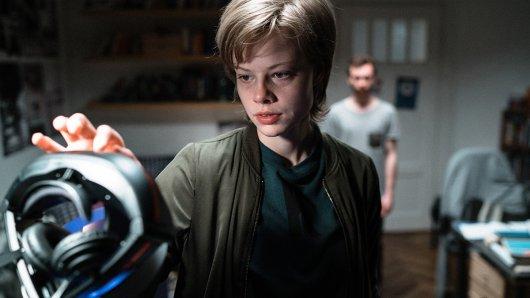 Jennifer Reitwein (Emma Bading) ist begeistert von einer VR-Brille.