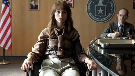 Doppelagentin Saskia Starke (Petra Schmidt-Schaller) beim Verhör mit dem Lügendetektor.