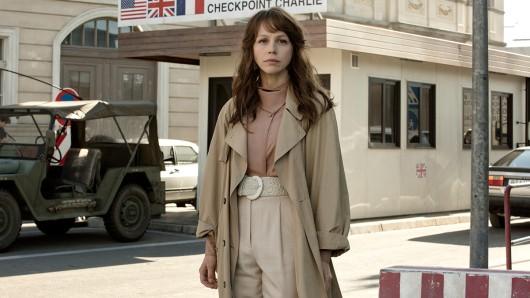 Petra Schmidt-Schaller als Doppelagentin Saskia Starke, die ihre Tochter am Checkpoint Charlie in Berlin erwartet.