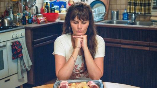 Die hingebungsvolle Mutter Elvira (Marina Hands) fühlt sich von ihren Lieben nicht mehr wahrgenommen und beachtet.