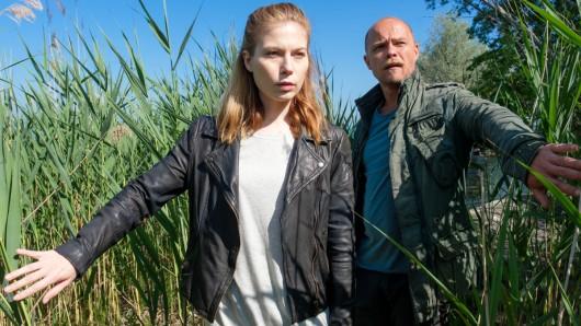 Zeiler (Nora Waldstätten, l.) und Oberländer (Matthias Koeberlin, r.) sind auf der Suche nach dem geflohenen Matteo (Aaaron Friesz).