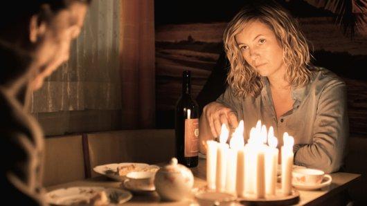 Else Bohla (Angela Winkler, l.) besucht Lotte (Nadja Uhl, r.), damit diese am Geburtstag ihres Sohnes nicht alleine ist.