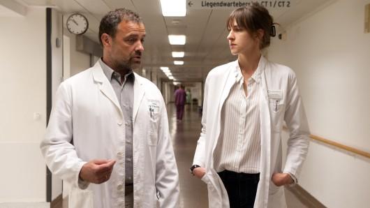 Rechtsmediziner Bremer (Juergen Maurer) und die junge Ärztin Jana (Natalia Belitski) sind mit mehreren misshandelten Kindern konfrontiert.
