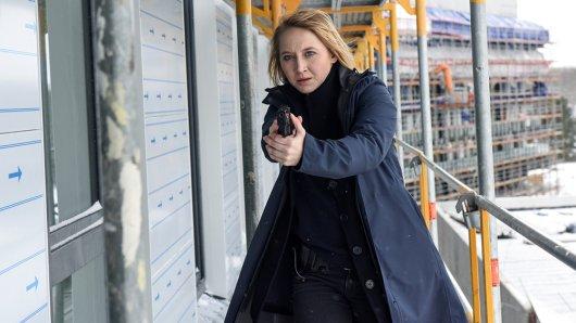 Nora Weiss (Anna Maria Mühe) verfolgt einen Mann. Dieser stürzt in die Tiefe und wird schwer verletzt.