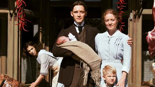 Neuanfang in Amerika: Fidelis Waldvogel (Jonas Nay) mit Ehefrau Eva (Leonie Benesch), ihrem Sohn (Mark Đurđević) und der deutschen Auswanderin Delphine (Aylin Tezel, hinten), die zur Familie gehört.