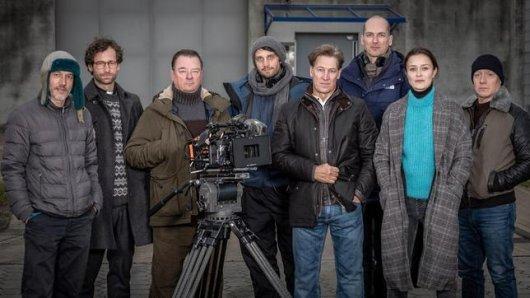 Das Team von Im Abgrund v. li. n. re.: Marco Uggiano (Kamera), Florian Stetter (Rolle Berkenbusch), Peter Kurth (Rolle Wallat), Stefan Bühling (Regie), Tobias Moretti (Rolle Hagenow), Arndt Stüwe (Drehbuch), Tinka Fürst (Rolle Lisa), Simon Scharz (Rolle Eric)