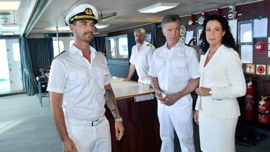 Der neue Kapitän Max Parger (Florian Silbereisen, l.) muss die eingespielte Crew mit Staff-Kapitän Martin Grimm (Daniel Morgenroth, 2. v. l.), Dr. Sander (Nick Wilder, 2. v. r.) und Hanna Liebhold (Barbara Wussow, r.) noch von sich überzeugen.